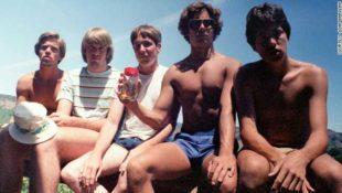Seit 35 Jahren treffen sich fünf Freunde regelmäßig, um dasselbe Gruppenfoto zu machen