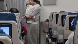 Erster Flug vom Baby: Mutter verteilt 200 Pakete an Mitreisende