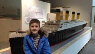 """Autistischer Junge baut größte """"Titanic"""" der Welt aus Lego"""
